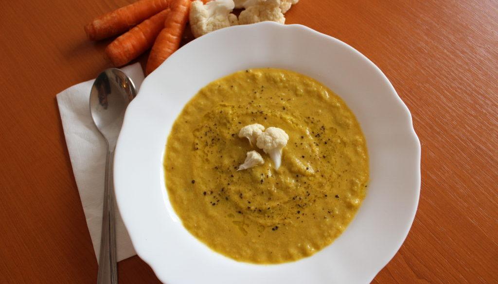 Krémová polévka z pečeného květáku, pórku a mrkve