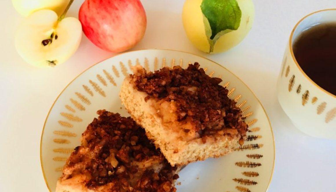 Jablečná netýnka (kynutý koláč na plech)